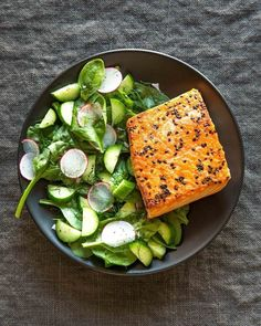 These 25 easy dinner recipes, all of which clock in at under 500 calories and will leave you feeling light and wonderful. Healthy Dinner Recipes, Diet Recipes, Healthy Snacks, Healthy Eating, Cooking Recipes, Cooking Fish, Mint Salad, Cucumber Salad, Radish Salad