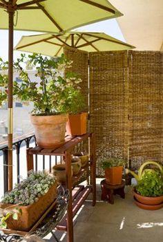 Déco de balcon avec paravent pour se protéger des regards