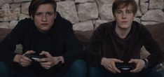 [Image] They dont even need to turn on the controllers (Dark, Netflix) Serie Original Netflix, Netflix Series, Series Movies, Movies And Tv Shows, Tv Series, Einstein, Louis Hofmann, Ps4, Playstation