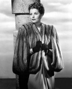 arlene dahl in a fur coat 1940s Fashion, Vintage Fashion, Old Hollywood Glam, Classic Hollywood, Hollywood Actresses, Arlene Dahl, Vintage Fur, Vintage Style, 1940s Style