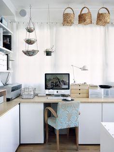 Déco - Hervé Goluza Photographie kitchen baskets used for office Home Office Organization, Home Office Decor, Organizing, Office Ideas, Workspace Desk, Desk Space, House Of Leaves, Design Japonais, Kitchen Baskets