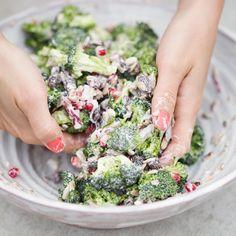 Broccolisalade met granaatappel & rozijnen/ Broccoli Salad with Pomegranate Tendrils & Raising (recipe is in Dutch)