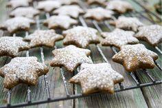 Lebkuchensterne -  Weihnachtsalarm! Zumindest in der Küche. Hier mein Rezept für leckere Lebkuchensterne. Sie schmecken süß, sind aber mit vielen gesunden Zutaten gebacken. Naschen geht auch ohne Industriezucker! Ho, ho, ho :-)