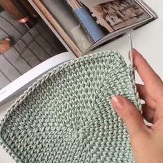 Em Poucos Dias Aprendi a Fazer Crochê com este Curso! Tote Videos Em Poucos Dias Aprendi a Crochet Geek, Crochet Tote, Tunisian Crochet, Crochet Handbags, Crochet Beanie, Learn To Crochet, Baby Blanket Crochet, Crochet Stitches, Crochet Toys Patterns