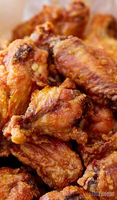 Baked Chicken Wings A recipe for the best baked chicken w.- Baked Chicken Wings A recipe for the best baked chicken wings that are extra crispy on the outside and very tender and most on the i… Chicken Thights Recipes, Chicken Parmesan Recipes, Chicken Salad Recipes, Recipe Chicken, Chicken Meals, Frango Chicken, Crispy Baked Chicken Wings, Crispy Baked Wings, Comida Latina