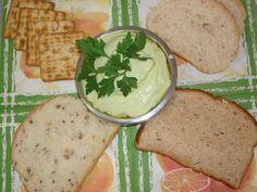 1 queijo tofu com o soro que vem junto  - Salsinha a gosto  - Pimenta-do-reino a gosto  - 1/2 cebola  - 1/2 dente de alho  - Manjericão ou outra erva do seu gosto  - Sal a gosto  - 1 colher de sobremesa de açúcar  - Pode-se adicionar 10 azeitonas pretas sem caroço, ou verdes  - 1 colher de sopa de azeite se quiser  -