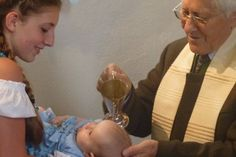 Kerze, Wasser & Co.: Was bedeuten die Taufsymbole? #Taufe