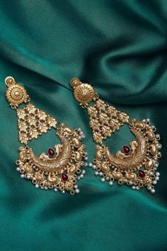 Stunning And Budget Friendly Jewellery Pieces Under – Indian Wedding Jewelry Gold Ring Designs, Gold Earrings Designs, Gold Jewellery Design, Necklace Designs, Indian Wedding Jewelry, Indian Jewelry, Bridal Jewelry, Gold Bridal Earrings, Real Gold Jewelry