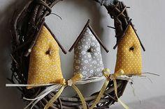 venček s 3 vtáčími domčekami, sú vyplnené dutým vláknom, strieška z vrbových prútikov...