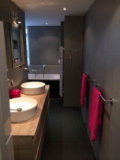 Gave badkamer met betonstuk! Een mooie waterdichte wandafwerking.