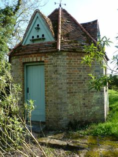 Dovecote in English garden Pigeon House, Palomar, Small Buildings, Construction Design, Garden Structures, Le Moulin, Architecture Details, Bird Houses, Garden Inspiration