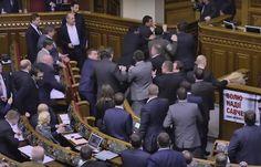 V ukrajinskom parlamente vypukla hromadná bitka potom, ako sa jeden z poslancov pokúsil spoza rečníckeho pultu odniesť aktuálneho ukrajinského premiéra Arsenija Jaceňuka. // New day – new par…