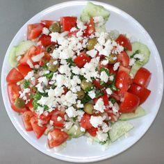 Das perfekte Bulgarischer Schopska - Salat-Rezept mit Bild und einfacher Schritt-für-Schritt-Anleitung: Das gesamte Gemüse werden gewaschen und klein…