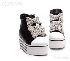 Black and white platform sneakers with studded bows. Platform Converse, White Platform Sneakers, Kawaii, Black And White, Heels, Stuff To Buy, Clothes, Fashion, Heel