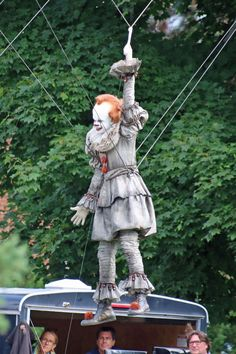 He creeped out both adults and kids alike in the 2017 hit horror flick It. Now Bill Skarsgard is back again as Pennywise the Dancing Clown. And the old actor was seen in the first photos on the set of It: Chapter Two in Ontario, Canada. Halloween Yard Decorations, Halloween Party Snacks, Scary Movies, Horror Movies, Bill Skarsgard Pennywise, Por Tras Das Cameras, It Movie 2017 Cast, Its 2017, Adornos Halloween