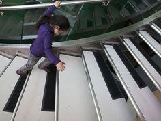 www.cabresto.blogspot.com               : Escada em forma de piano entretém passageiros em a...