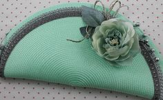 Fairly sure this is a cheap place mats folded in half. Attach a zipper to the inside and lace with flowers to the outside. Diy Bags Patterns, Purse Patterns, Crochet Clutch Bags, Crochet Purses, Diy Handbag, Diy Purse, Coin Purse Tutorial, Macrame Design, Handmade Bags
