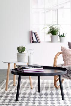 Sofabord i moderne skandinavisk design med kant rundt. Plate av MDF og formet tre. Ben av massivt tre. Ø 79 cm. Høyde 40 cm. Bordkantens høyde 2,5 cm. Leveres umontert.