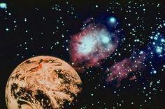 La atmósfera y otras condiciones abióticas han sido alteradas significativamente por la biosfera del planeta, favoreciendo la proliferación de organismos aerobios, así como la formación de una capa de ozono que junto con el campo magnético terrestre bloquean la radiación solar dañina, permitiendo así la vida en la Tierra.