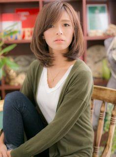 シンプルなキレイなミディスタイルがおしゃれのポイント☆毛先は内巻きにしてフェミニンさもプラス。