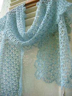 Lacy stole: clochette bleu crochet étole 049 http://fantaisiesdeflo.canalblog.com/archives/2014/09/18/30577014.html#utm_medium=email&utm_source=notification&utm_campaign=fantaisiesdeflo