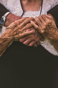 New Wedding Photography Poses Family Heart Ideas Couples Âgés, Older Couples, Couples In Love, Old Couple In Love, Couple Pictures, Military Couples, Old Couple Photography, Wedding Photography Poses, Friend Photography