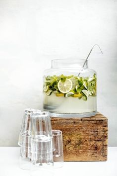 This sounds REFRESHING!-gin punch - love this simple serving style. 1 part gin, 2 parts rosemary or mint simple syrup, lime juice to taste. Party Drinks, Cocktail Drinks, Cocktail Recipes, Alcoholic Drinks, Beverages, Wine Cocktails, Refreshing Cocktails, Fingerfood Party, Yummy Drinks