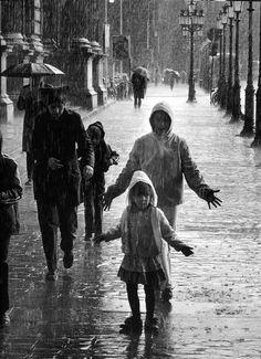 Bajo la lluvia en París (Robert Doisneau).