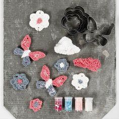 Tee kauniita koristeita Foam Clay Large -massan ja metallimuottien avulla. Clay, Diy Crafts, Shapes, Silk, Decor, Ideas, Dekoration, Clays, Decoration