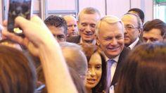 Arrivée du premier Ministre Jean-Marc Ayrault, très entouré ! #SDL2014