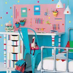 Bureau pour enfant décoré de masking tape avec panneau d'isorel perforé et elastiques colorés