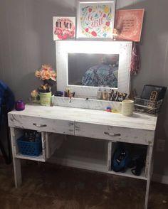 Make-up Organisation Holz nach Hause 48 Ideen - Nails & MakeUp! Palette Furniture, Diy Pallet Furniture, Pallet Vanity, Barnwood Vanity, Wooden Makeup Vanity, Diy Vanity Table, White Cabinets White Countertops, Diy Holz, Wood Bedroom