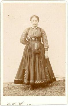 Ukjent kvinne i beltestakk ståande ute i enkelt fotoatelier - Midt-Telemark Museum / DigitaltMuseum Antique Pictures, Old Photos, Tribal Dress, Wedding Costumes, Vintage Style Dresses, Folk Costume, Festival Wear, Traditional Dresses, Dance Wear