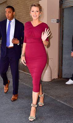 Blake Lively con un vestido color burdeos