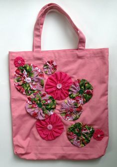 This pink canvas tote features bright and colorful hand sewn yo-yo flowers with . Handbag Patterns, Bag Patterns To Sew, Sewing Patterns Free, Crazy Patchwork, Patchwork Bags, Fabric Crafts, Sewing Crafts, Sewing Projects, Bag Pattern Free