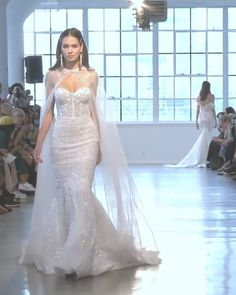 Berta Style Spring Summer 2020 Bridal Couture Collection Stunning Strapless Sweetheart Mermaid Wedding Dress / Bridal Gown with a Train. Spring Summer 2020 Bridal Couture Collection (NYBFW) by Berta Wedding Dress Trends, Sexy Wedding Dresses, Wedding Dress Styles, Bridal Dresses, Collection Couture, Cooler Look, Wedding Dress Accessories, Mermaid Dresses, Mermaid Wedding