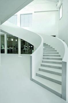 Bianco su bianco per una scala a chiocciola che sale sinuosa ed eterea fino allo showroom. Soprattutto, Microtopping.  #interiordesign #totalwhite #atmosphere #concrete