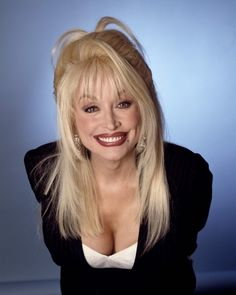 The Queen Of Country Music, one of the best selling artists of all time. The wonderful Dolly Parton. Who, Ive only just noticed, looks a lot like a Good Twin version of Elvira, Mistress Of The Dark. Dolly Parton Pics, Dolly Parton Costume, Divas, Tennessee, Musica Country, Hello Dolly, Female Singers, Pop Singers, Artists