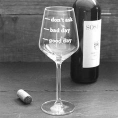 Wijnglas met tekst.