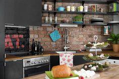 Черный цвет в интерьере кухни с кирпичной стеной