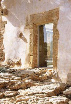 Auf der sonnenreichen Balearen-Insel Mallorca hat sich der italienische Künstler Fabrizio Plessi einen Traum erfüllte: die Finca Sa Pedra.