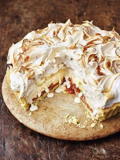The marriage of two delicious desserts – banoffee pie and baked Alaska – from Jamie Oliver's Christmas Cookbook resulted in this Banoffee Alaska recipe. Pavlova, Torta Banoffee, Delicious Desserts, Dessert Recipes, Cake Recipes, Baked Alaska, Almond Pastry, Profiteroles, Christmas Pudding