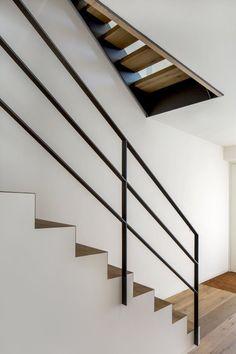 Berschneider + Berschneider, architectes BDA + architectes d& Neumarkt: nouveau bâtiment WH T-G Neumarkt - Interior Stair Railing, Staircase Handrail, Stair Railing Design, Modern Staircase, Escalier Design, Balkon Design, Metal Stairs, Barn Renovation, House Stairs