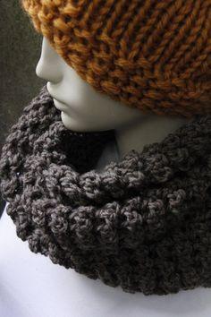 Soft wool from Peru. Snood for women. Mocha.  Douce laine provenant du Pérou. Foulard infini pour femmes. zaknit.com