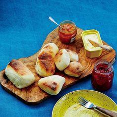 (4ページ目)焼き立てのにおいを想像しただけでも幸せな気持ちになれる手作りパン。でも、普通に作ると工程が複雑で、時間もかかりますよね。そこで焼く前のパンの生地パン種を作り置きする【作り置きパン】という新発想! 身近 Pretzel Bites, French Toast, Bread, Baking, Breakfast, Recipes, Food, Morning Coffee, Patisserie