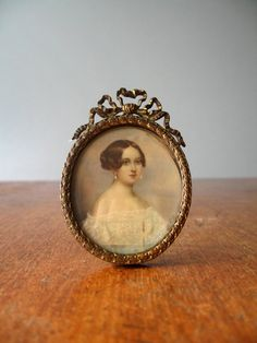 Lovely antique Georgian / Victorian hand painted photo portrait in an ornate free standing gilt oval frame. An exquisitely painted portrait of a young