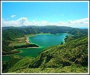 Açores, Un fascinant paradis naturel - par Dominique Krauskopf, Voyager Pratique | A 1 500 km au large de Lisbonne, l'archipel des Açores aux nuances vertes, bleues ou noires se révèle un bijou de la nature intact et émerveille les visiteurs. En plein océan Atlantique émergent les Açores composées de trois groupes d'îles d'origine volcanique. Il y a le groupe central, constitué par les îles de Terceira, Graciosa, Faial, São Jorge et Pico... Photo: Lagoa do Fogo