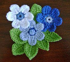 Broche de flores de ganchillo azules & blancas por DaffodilCorner