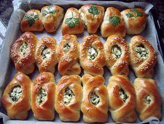 Vandaag deze heerlijke super zachte broodjes gemaakt. Dit is één deeg waaruit ik diverse broodjes heb gemaakt: 1 gevuld met feta en peterselie (op twee verschillende manieren), 1 gevuld met knakworsten en 1 met olijven