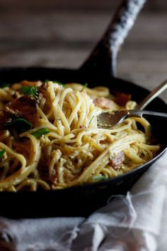 My version of a classic Spaghetti Carbonara. Simple & delicious and the perfect comfort food. Easy Dinner Recipes, Pasta Recipes, Great Recipes, Cooking Recipes, Favorite Recipes, Pate Spaghetti, Vegan Spaghetti, Italian Dishes, Italian Recipes